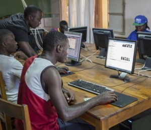 Jóvenes del Centro de Kamenge (Bujumbura, Burundi) en el aula de informática. Foto: Ana Palacios