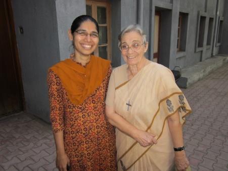 La hermana Silvia y la hermana Lucía en la cooperativa de Gujarat. Foto Misioneras Dominicas del Rosario