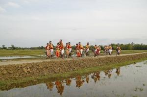 Un grupo pasea por entre los arrozales de Assam. Foto Pixabay