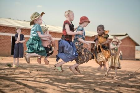 Zawia, con zuecos verdes, y sus amigas, terminan las clases a las cinco de la tarde y vuelven rápidamente a Kabanga donde se sienten mas seguras para jugar antes de que una cocinera del gobierno sirva la cena para todos en el comedor comunal a las seis en punto. FOTO Ana Palacios