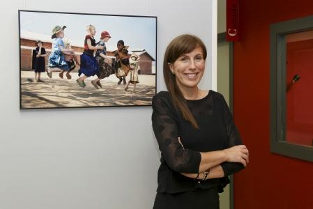 La fotoperiodistas Ana Palacios ante una de sus imágenes. FOTO Pablo Cuadrado