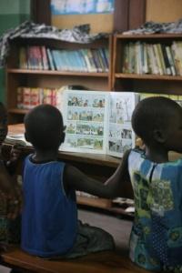 Unos pequeños leen comics en el centro Kekeli de Togo. Foto Carmelitas de la Caridad Vedrunas