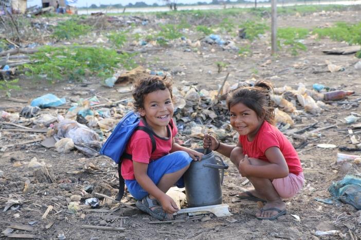 Antonio y Fiorella juegan a las comiditas en la Zona 8 del Bañado de Tacumbú (Asunción, Paraguay). Foto Marta Isabel González