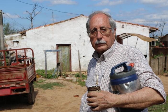 """El Padre Pedro Velasco, con su """"tereré"""" (bebida típica de Paraguay) en el Bañado de Tacumbú. Foto Marta Isabel González"""