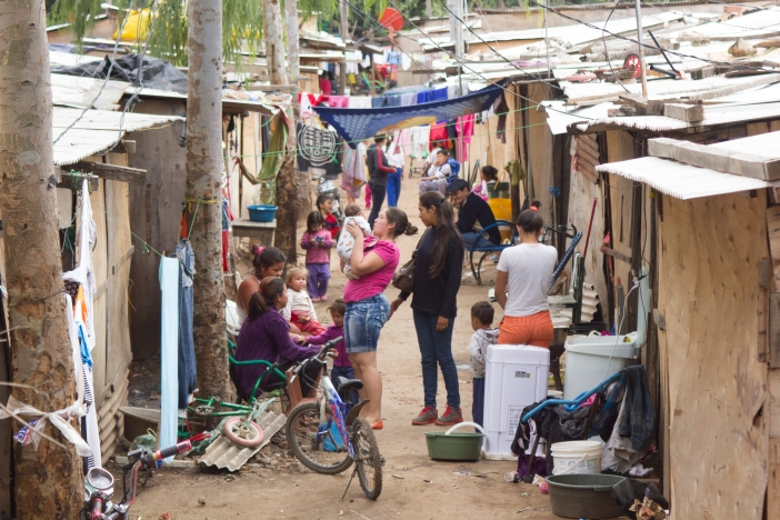 Hacinamiento de la población del bañado en el Refugio del Cuartel. Foto Camsat