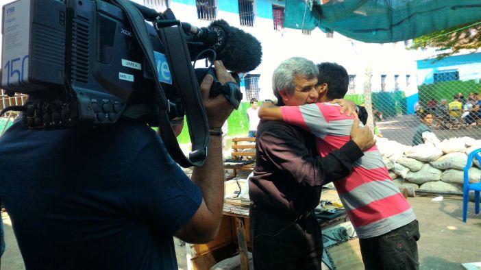 El padre Luis Arias abraza a un preso del Penitenciario de Tacumbú (Asunción)