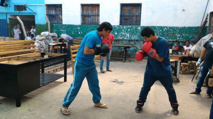 Dos presos practican boxeo en el patio principal de la cárcel de Tacumbú (Asunción, Paraguay). Foto: Marta Isabel González