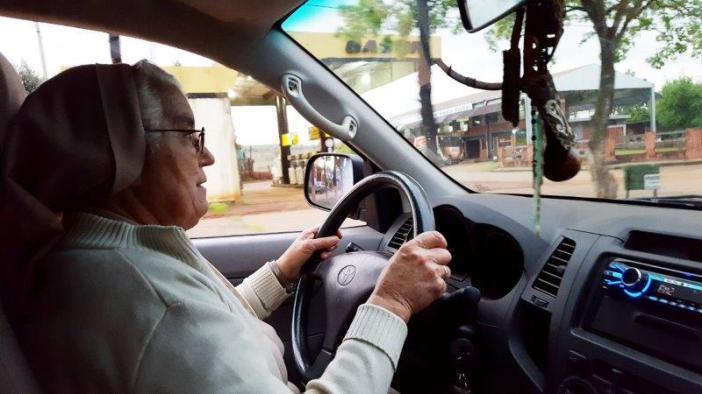 Rosalía García conduciendo. Foto Marta Isabel González