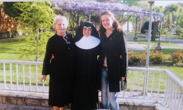 Sor Concepción rodeada de su hermana, Aurora Vidal y de Marta Isabel González en el jardín de la Residencia Virgen de los Desamparados de Astorga