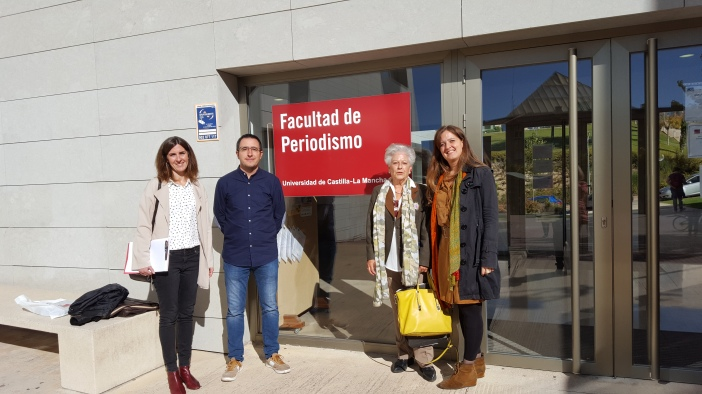 Irene Díaz, Marcelo Ortega, Encanacion Pérez, Delegaca de Manos Unidas en Cuenca y Marta Isabel González a la entrada de la Facultad de Periodismo