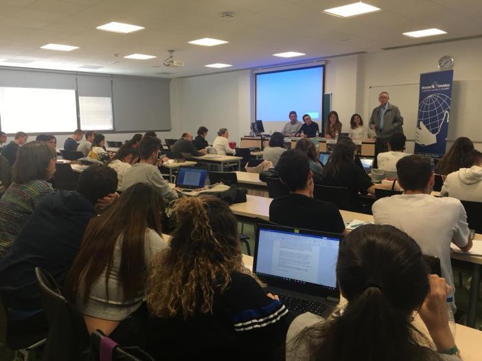 Un aspecto de la sala y la asistencia a la Mesa Redonda organizada por Manos Unidas Cuenca