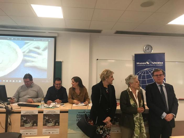 El rector de la universidad Miguel Ángel Collado y, la vicerrectora María Ángeles Zurilla. En el medio Encarnación Pérez, delegada de Manos Unidas en Cuenca