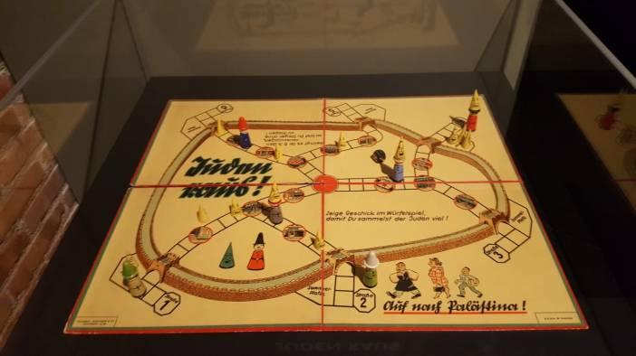 """Con juegos como estos titulados """"Judio! fuera de la ciudad"""" los nazis sembraron su odio en los más pequeños. Foto Marta Isabel González"""
