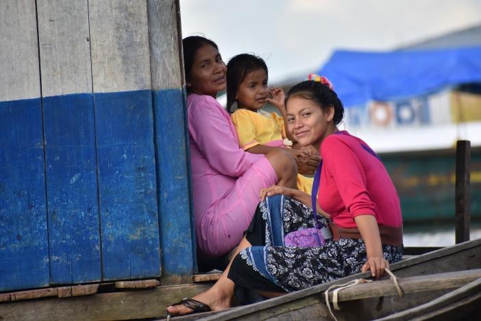 Unas mujeres esperan un bote para cruzar el Amazonas. Foto. Marta Isabel González Álvarez /CIDSE & REPAM
