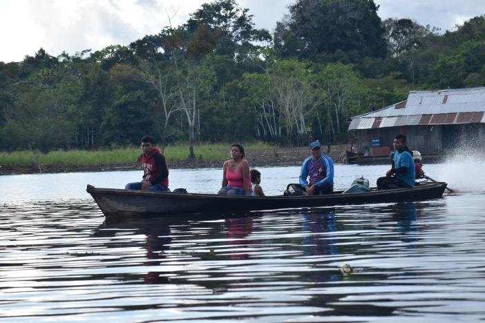 Una lancha cruza el Amazonas en la frontera Brasileño-Colombiana. Foto Marta Isabel González / CIDSE y REPAM
