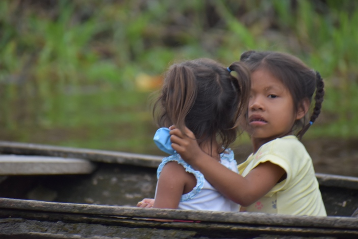 Niñas en un bote a la altura de la Comunidad Nazareth, Leticia (Colombia). Foto: Marta Isabel González Álvarez / CIDSE y REPAM