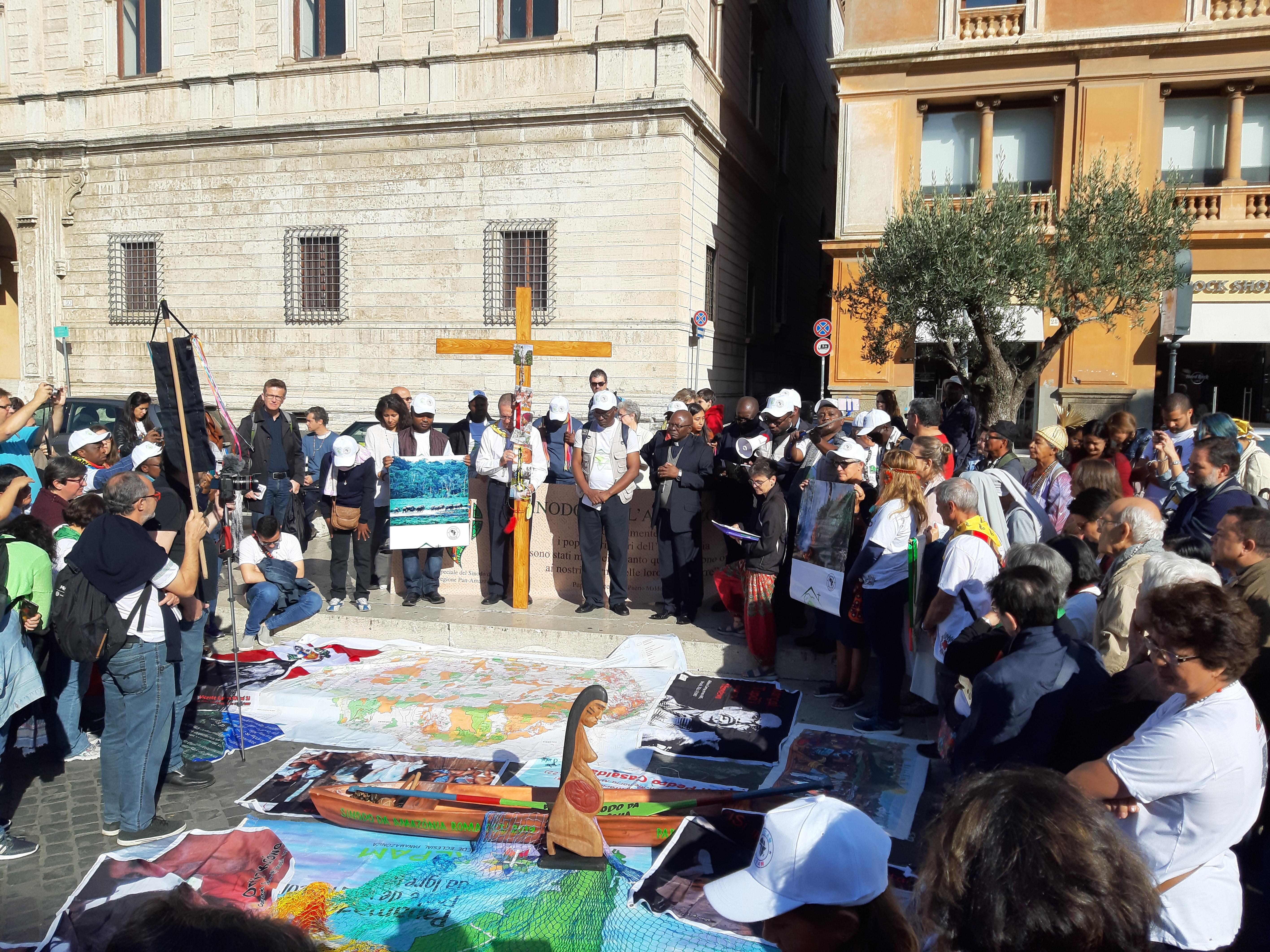 Un momento del Viacrucis que recorrió las calles de Roma y el Vaticano el sábado 19 de octubre. Foto Marta Isabel González Álvarez