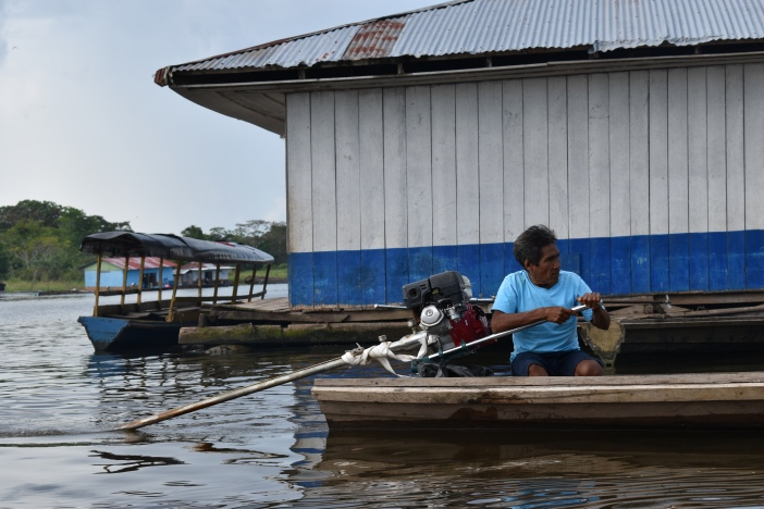 Barquero en el muelle de Caballococha (Perú). Foto Marta Isabel González Álvarez/ CIDSE & REPAM