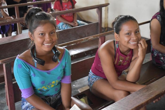 Dos jóvenes asisten a la eucaristía dominical en Nazateth (Leticia, Colombia). Foto Marta Isabel González Álvarez/CIDSE & REPAM
