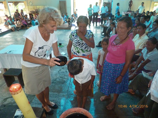 Domi en un bautismo en la Amazonía