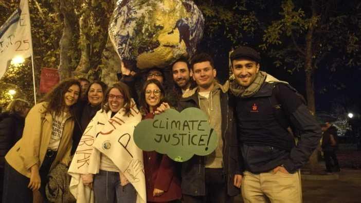 Natalia Díaz y otros jóvenes voluntarios de Manos Unidas participantes en marchas contra la Emergencia Climática en Madrid COP25