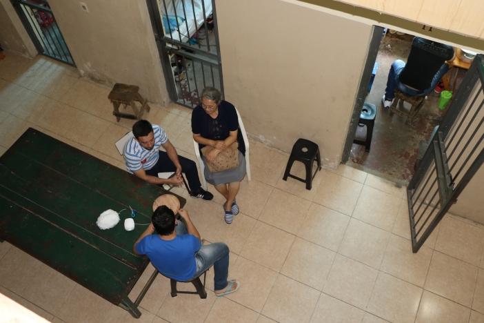 Una madre visita a uno de los reclusos. Módulo D, Cárcel de Tacumbú, Paraguay. Foto Marta Isabel González