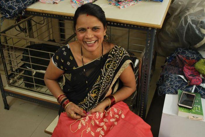 Las mujeres son las principales protagonistas y beneficiarias de la cooperativa india Creative Handicrafts.
