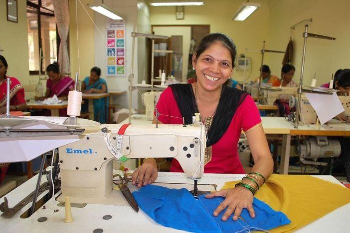 Una de las mujeres que trabajan en Creative Handicrarts, cooperativa de Comercio Justo fundada por Isabel Martín
