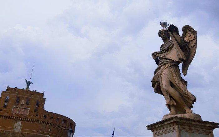 San Miguel y uno de los ángeles del Puente Sant'Angelo FOTO @migasocial