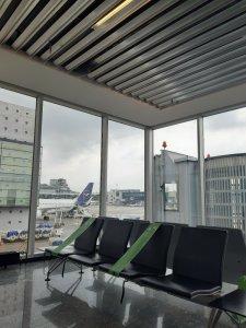 Aeropuerto de Franckfurt con las medidas de distanciamiento del Covid en los asientos y casi vacío. Foto @migasocial